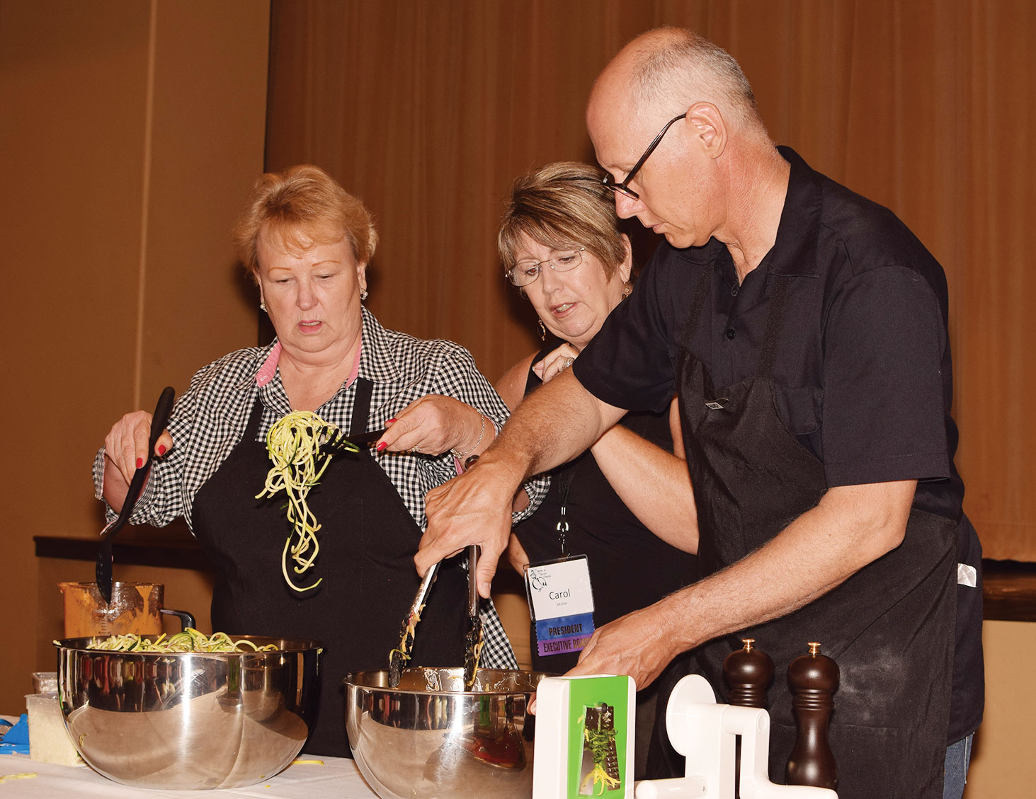 Jeri Hoyle and Randy Wade prepare spiralized salad with the assistance of Carol Mutter; photo by Eileen Sykora